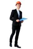 Biznesmen trzyma błękitną falcówkę w hełmie fotografia royalty free
