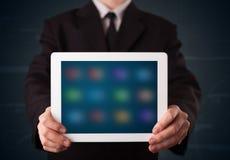Biznesmen trzyma białą nowożytną pastylkę z rozmytymi apps Zdjęcie Stock