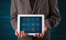 Biznesmen trzyma białą nowożytną pastylkę z rozmytymi apps Zdjęcia Stock