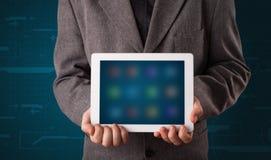 Biznesmen trzyma białą nowożytną pastylkę z rozmytymi apps Zdjęcie Royalty Free