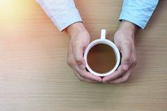 Biznesmen trzyma białego kawowego kubek zdjęcia royalty free