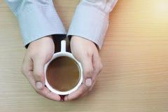 Biznesmen trzyma białego kawowego kubek obrazy stock