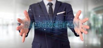 Biznesmen trzyma Blockchain tytu? odizolowywaj?cy na tle zdjęcia royalty free