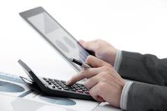 Biznesmen trzyma cyfrową pastylkę Obrazy Royalty Free