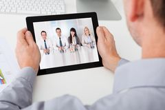 Biznesmen trzyma cyfrową pastylkę Obraz Royalty Free