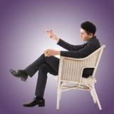 Biznesmen trzyma cygaro obraz stock