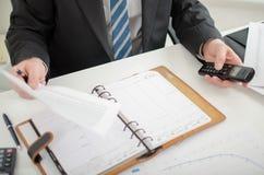 Biznesmen trzyma dokument i telefon Fotografia Stock