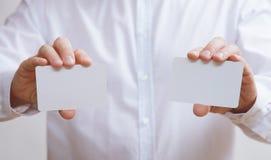 Biznesmen trzyma dwa pustej wizytówki Zdjęcia Stock
