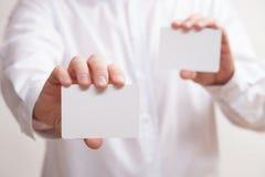 Biznesmen trzyma dwa pustej wizytówki Zdjęcie Royalty Free