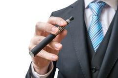 Biznesmen trzyma elektronicznego papieros w ręce Odizolowywający na bielu Obrazy Stock