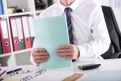 Biznesmen trzyma falcówkę zdjęcia royalty free