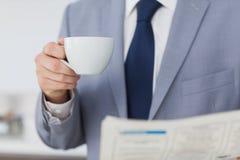 Biznesmen trzyma filiżankę kawy Zdjęcia Stock
