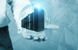 Biznesmen trzyma hologram z superkomputerami wśrodku pojęcia duzi dane Zdjęcie Stock