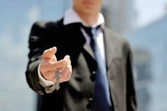 Biznesmen trzyma klucz w jego ręce Obraz Stock