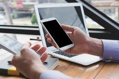 Biznesmen trzyma kredytową kartę & mądrze telefon przy biurem mężczyzna pur Zdjęcie Royalty Free