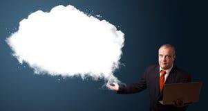 Biznesmen trzyma laptop i przedstawia abstrakt chmury kopię Zdjęcia Royalty Free
