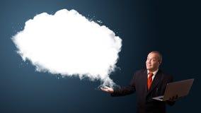 Biznesmen trzyma laptop i przedstawia abstrakt chmury kopię Fotografia Stock