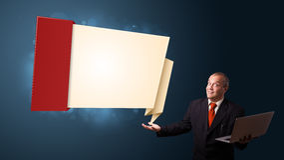 Biznesmen trzyma laptop i przedstawia nowożytną origami kopię Zdjęcie Stock