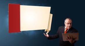 Biznesmen trzyma laptop i przedstawia nowożytną origami kopię Obrazy Royalty Free