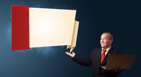 Biznesmen trzyma laptop i przedstawia nowożytną origami kopię Zdjęcie Royalty Free