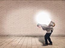 Biznesmen trzyma lightbulb obraz stock