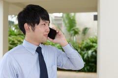 Biznesmen trzyma mądrze telefon Fotografia Stock