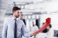 Biznesmen trzyma narastającej statystycznej firmy obrazy stock