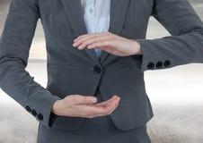 Biznesmen trzyma niewidzialnego przedmiot z dennym tłem Obraz Royalty Free