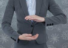 Biznesmen trzyma niewidzialnego przedmiot z deseniowym tłem Obraz Stock