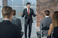 Biznesmen trzyma odprawę dla biznesowej drużyny Fotografia Stock