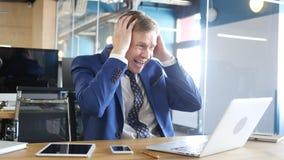 biznesmen trzyma onlinego spotkania i dostaje złą wiadomość, frustracja Fotografia Royalty Free