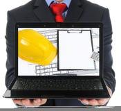 Biznesmen trzyma otwartego laptop ilustracja wektor