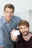 Biznesmen trzyma out pustą wizytówkę Zdjęcie Royalty Free