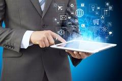 Biznesmen trzyma pastylkę komputerowa w kostiumu Fotografia Stock
