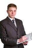 Biznesmen trzyma pióro prosi podpis na dokumencie obraz stock