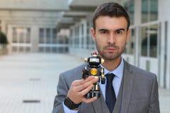 Biznesmen trzyma robot w powierzchni biurowa zdjęcia royalty free