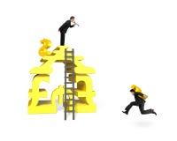 Biznesmen trzyma USD dla pieniądze sztaplowania budynku z inny Zdjęcie Stock