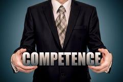 Biznesmen trzyma wirtualnego słowo Pojęcie kompetencja zdjęcia royalty free