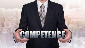 Biznesmen trzyma wirtualnego słowo Pojęcie kompetencja fotografia royalty free