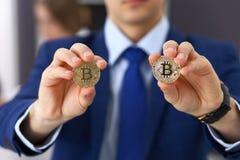 Biznesmen trzyma złotego bitcoin i ono uśmiecha się Wirtualny anonimowy pieniądze pojęcie, sukces w cyfrowym finanse obrazy stock