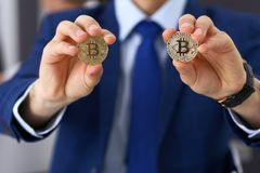 Biznesmen trzyma złotego bitcoin i ono uśmiecha się Wirtualny anonimowy pieniądze pojęcie, sukces w cyfrowym finanse zdjęcia royalty free