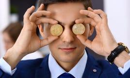 Biznesmen trzyma złotego bitcoin i ono uśmiecha się Wirtualny anonimowy pieniądze pojęcie, sukces w cyfrowym finanse obrazy royalty free