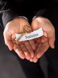 Biznesmen trzyma złotego klucz Zdjęcia Royalty Free