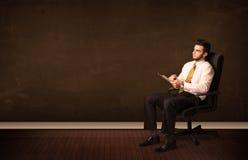 Biznesmen trzyma zaawansowany technicznie pastylkę na tle z copyspac Zdjęcie Stock