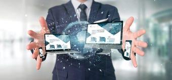 Biznesmen trzymający przyrząda łączących globalnego biznesu sieć obraz royalty free