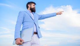 Biznesmen twarzy nieba brodaty tło zmiana kursu Szukać sposobności i nowe szansy Rozwija biznes obraz royalty free