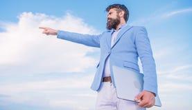 Biznesmen twarzy nieba brodaty t?o zmiana kursu Szuka? sposobno?ci i nowe szansy Rozwija biznes obrazy royalty free