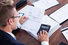 Biznesmen używać kalkulatora Fotografia Royalty Free