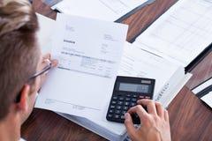 Biznesmen używać kalkulatora obrazy royalty free