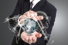Biznesmen używać ręka dla okładkowego networking Zdjęcia Stock